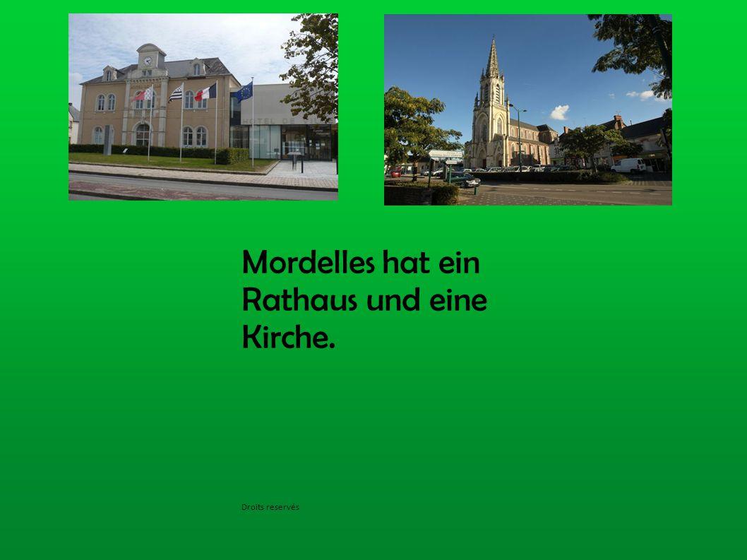 Mordelles hat ein Rathaus und eine Kirche. Droits reservés