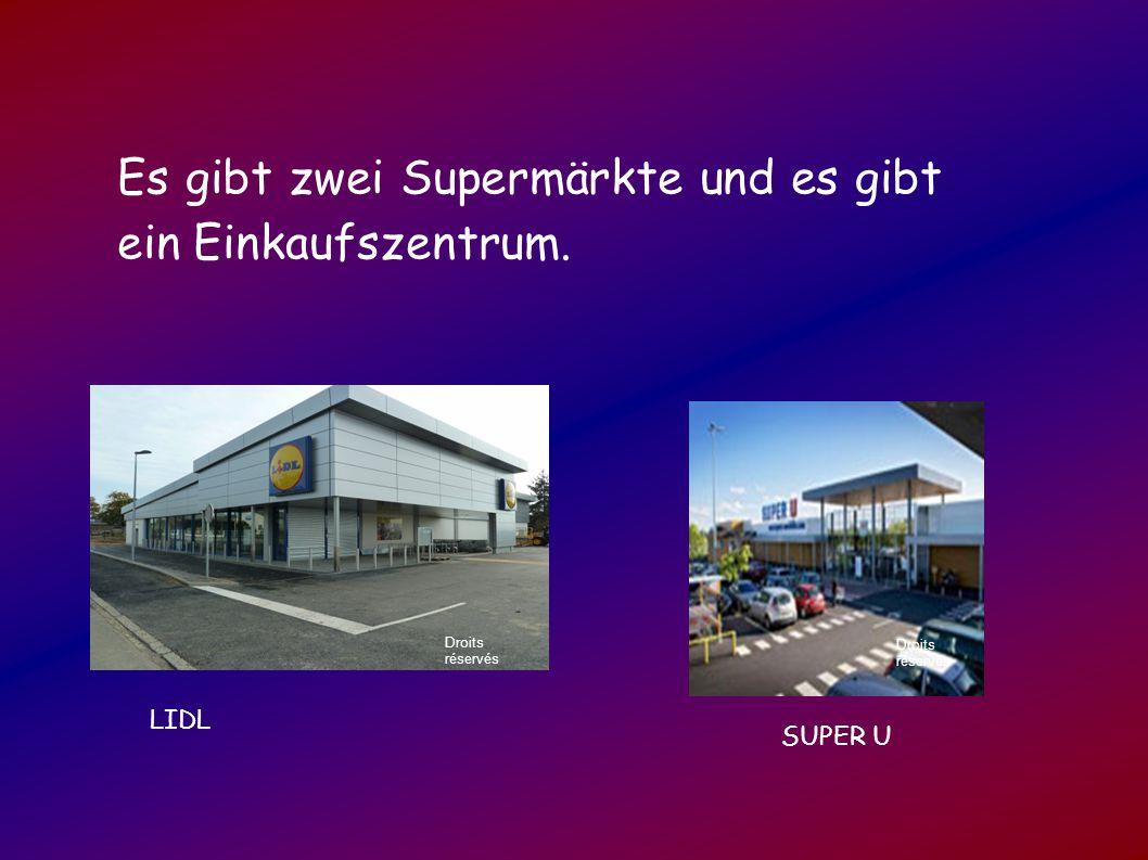 Es gibt zwei Supermärkte und es gibt ein Einkaufszentrum.