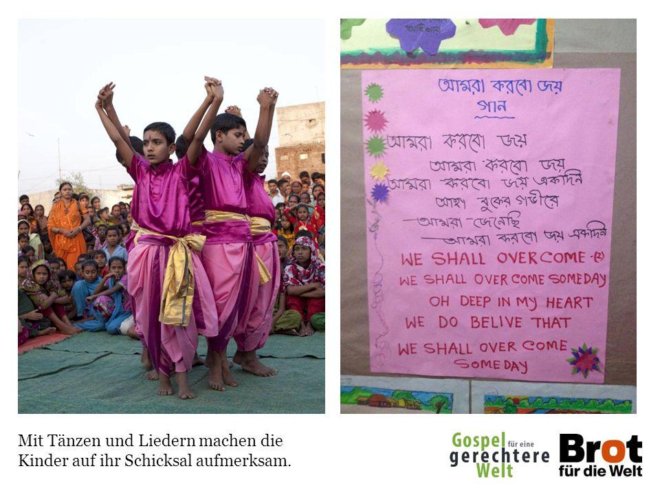 Mit Tänzen und Liedern machen die Kinder auf ihr Schicksal aufmerksam.