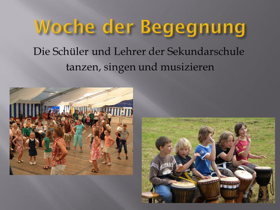 Die Schüler und Lehrer der Sekundarschule tanzen, singen und musizieren