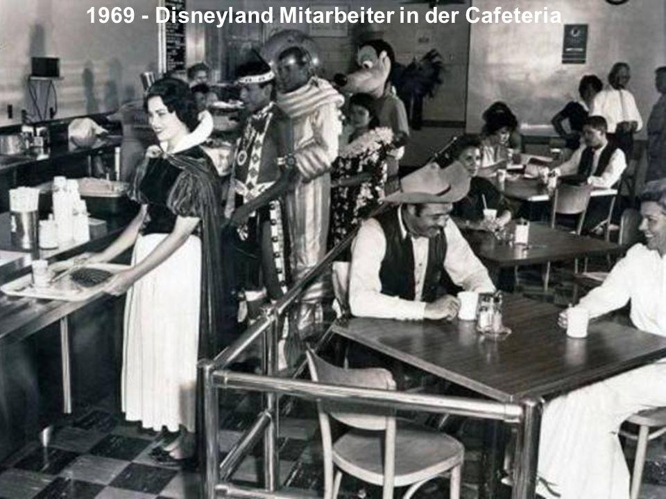 1969 - Disneyland Mitarbeiter in der Cafeteria