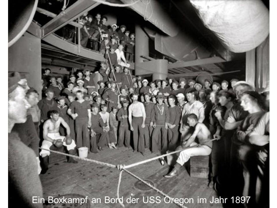 Ein Boxkampf an Bord der USS Oregon im Jahr 1897
