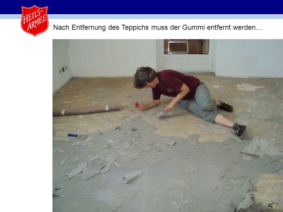 3 Nach Entfernung des Teppichs muss der Gummi entfernt werden…