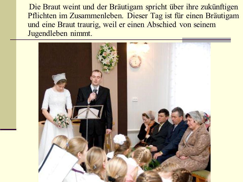Die Braut weint und der Bräutigam spricht über ihre zukünftigen Pflichten im Zusammenleben. Dieser Tag ist für einen Bräutigam und eine Braut traurig,