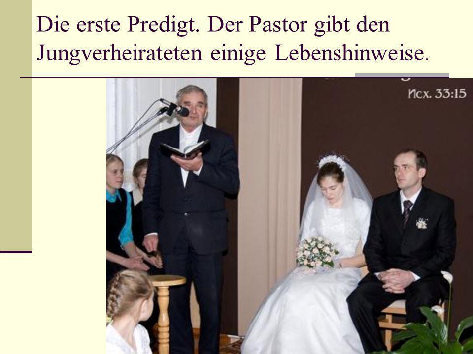Die erste Predigt. Der Pastor gibt den Jungverheirateten einige Lebenshinweise.