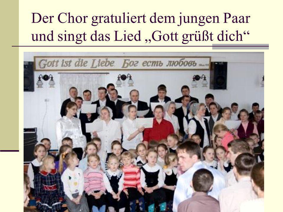 """Der Chor gratuliert dem jungen Paar und singt das Lied """"Gott grüßt dich"""""""