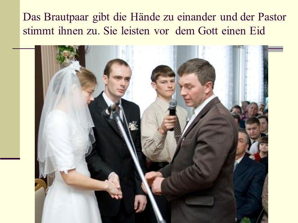 Das Brautpaar gibt die Hände zu einander und der Pastor stimmt ihnen zu. Sie leisten vor dem Gott einen Eid