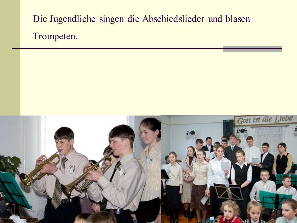 Die Jugendliche singen die Abschiedslieder und blasen Trompeten.