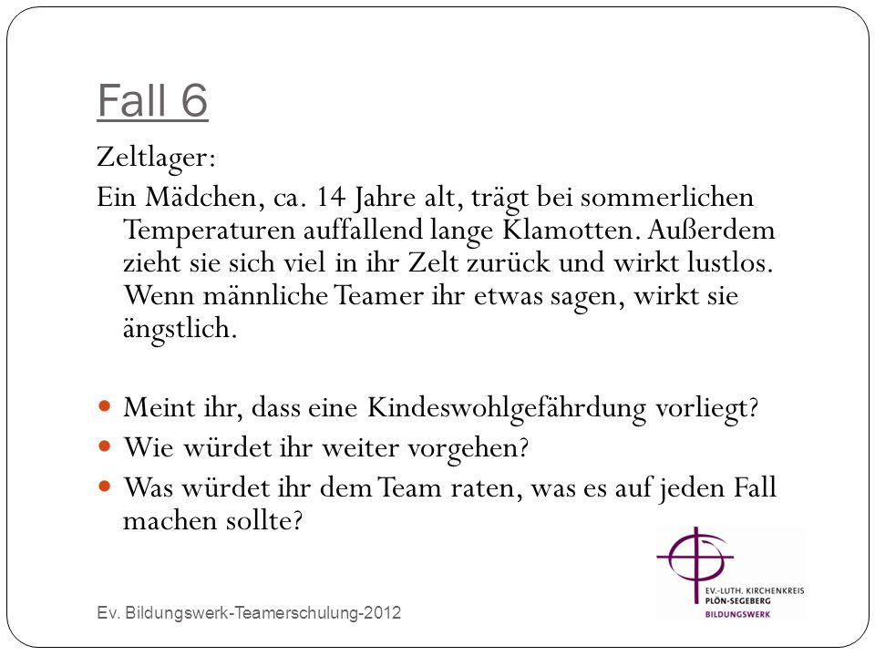 Fall 6 Ev. Bildungswerk-Teamerschulung-2012 Zeltlager: Ein Mädchen, ca. 14 Jahre alt, trägt bei sommerlichen Temperaturen auffallend lange Klamotten.
