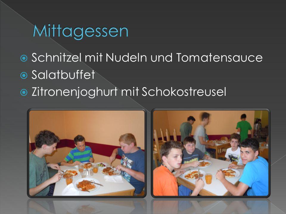  Schnitzel mit Nudeln und Tomatensauce  Salatbuffet  Zitronenjoghurt mit Schokostreusel