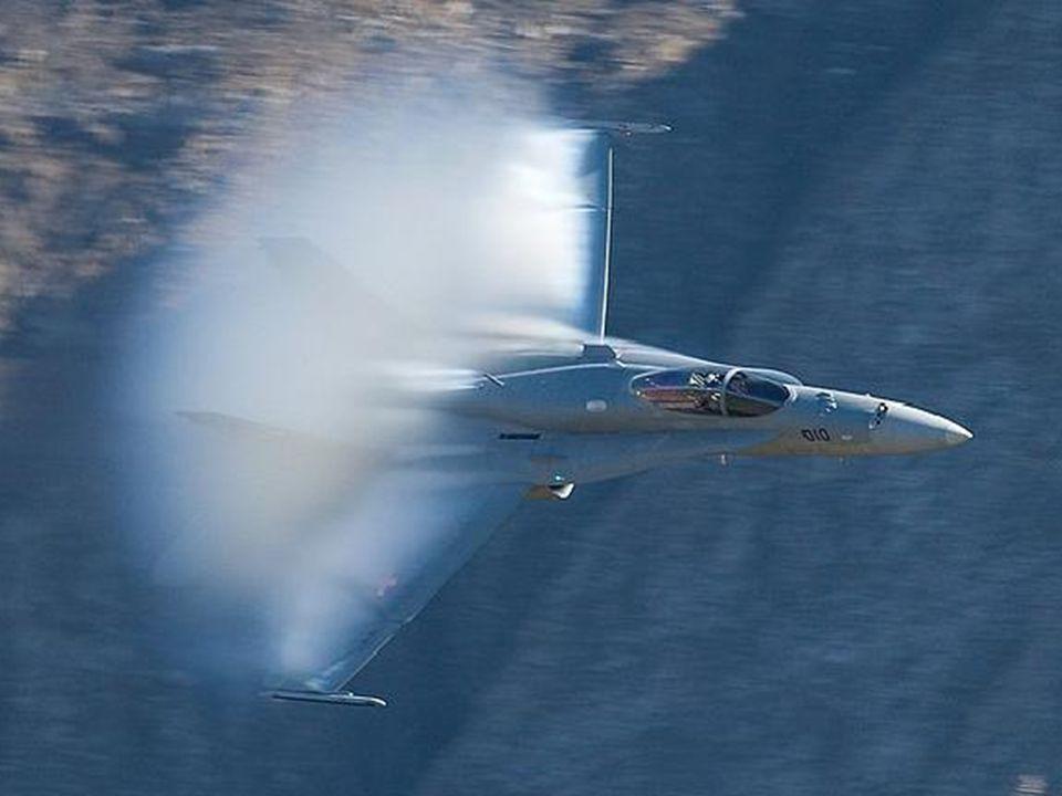 Die Bedingungen waren ideal, um zu sehen, viele subsonic Kondensation Wolken bilden rund um das Flugzeug