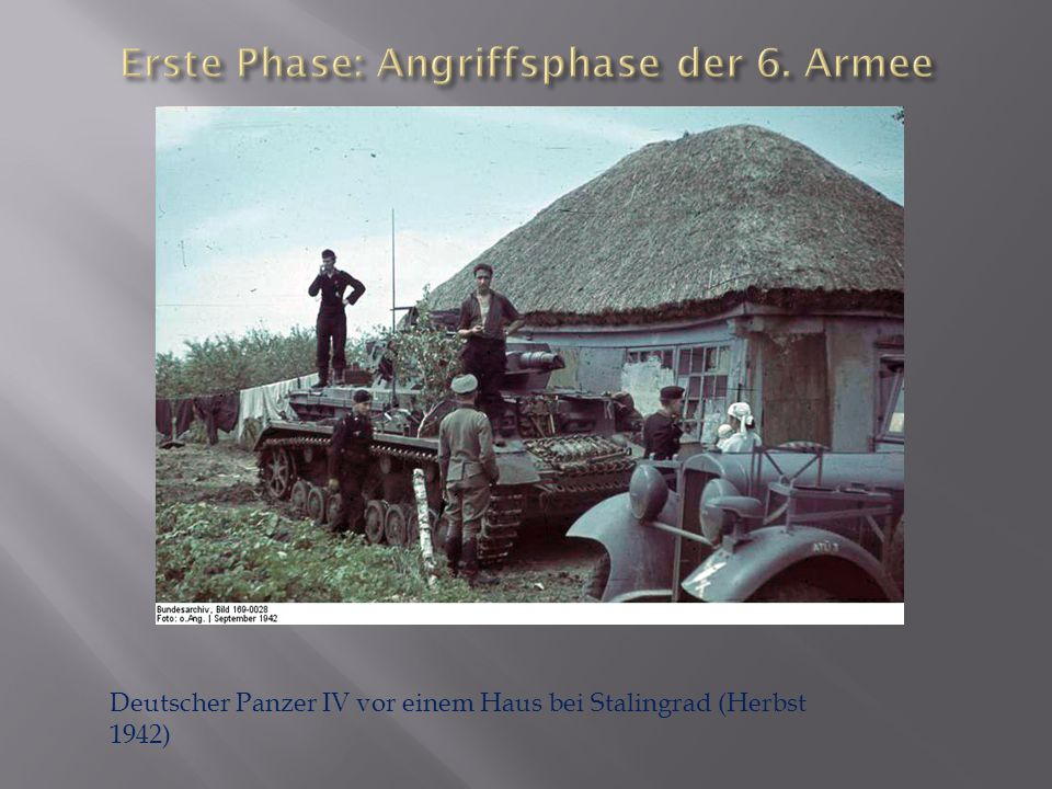 Deutscher Panzer IV vor einem Haus bei Stalingrad (Herbst 1942)