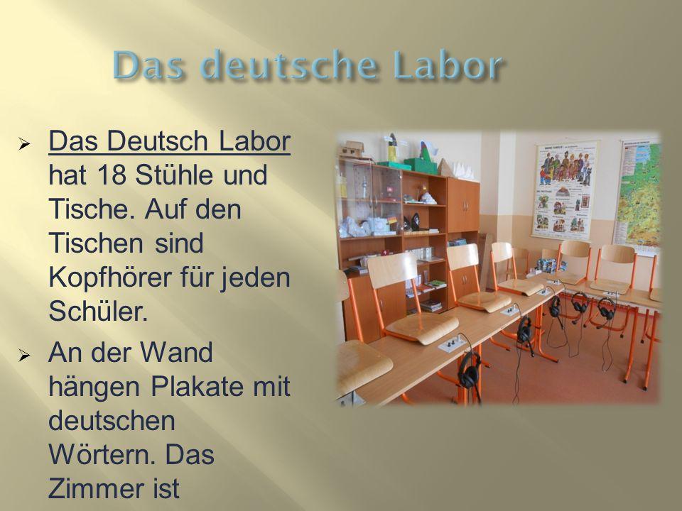  Das Deutsch Labor hat 18 Stühle und Tische. Auf den Tischen sind Kopfhörer für jeden Schüler.