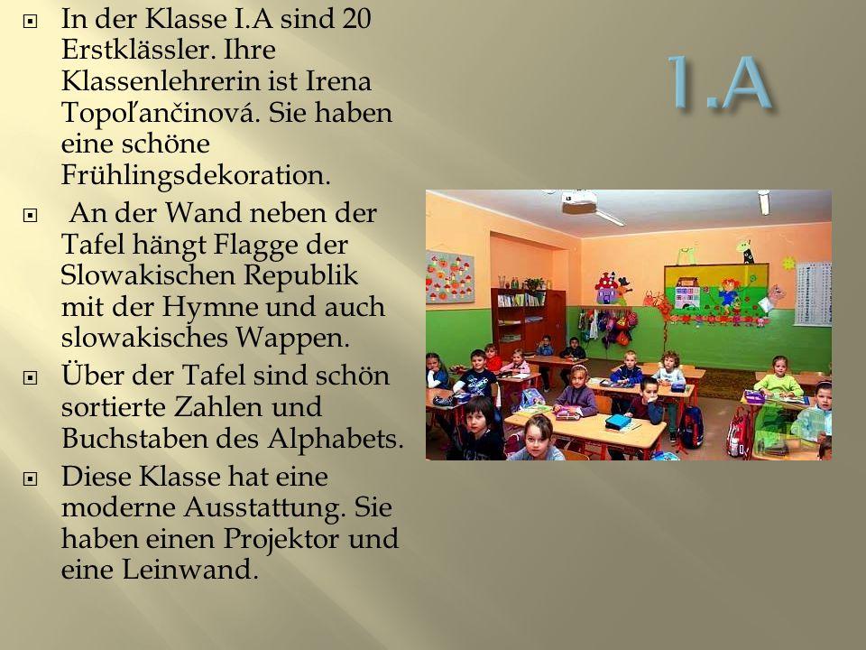 IIn der Klasse I.A sind 20 Erstklässler. Ihre Klassenlehrerin ist Irena Topoľančinová.