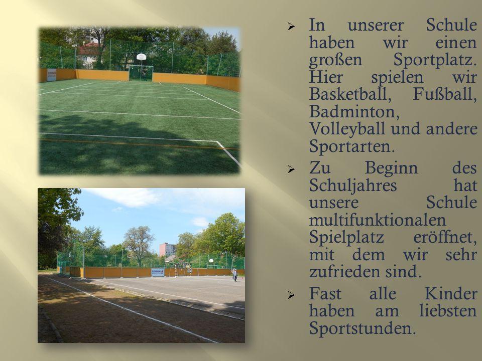 IIn unserer Schule haben wir einen großen Sportplatz.