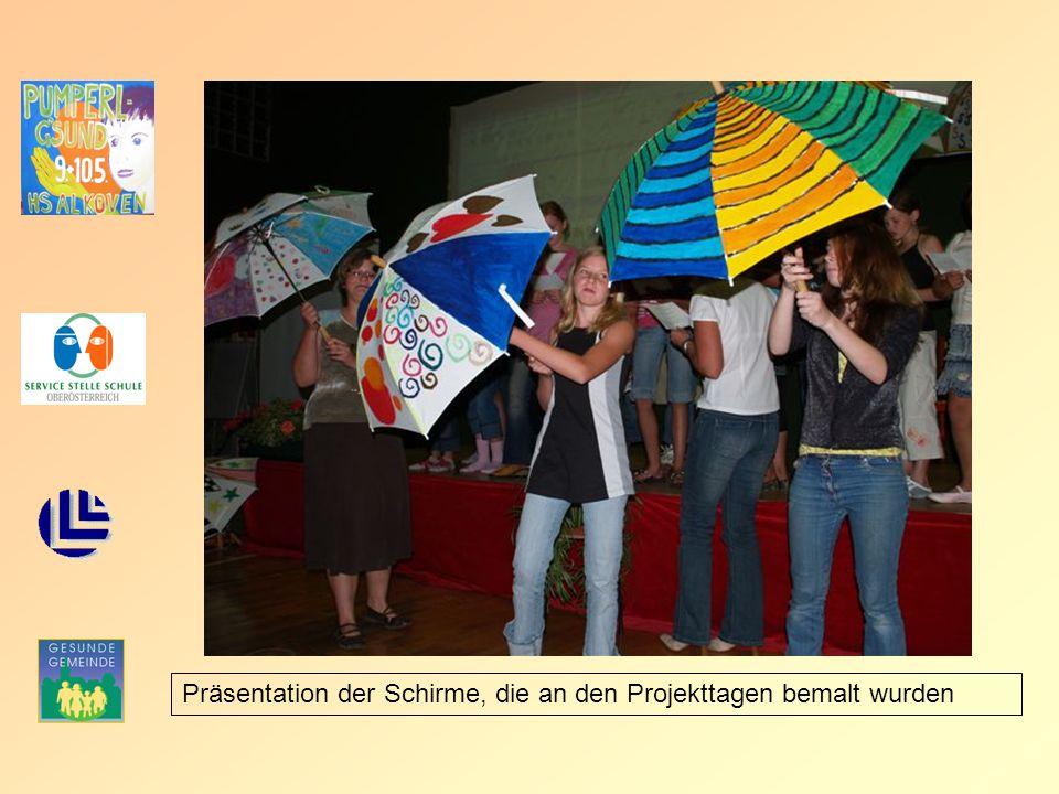Präsentation der Schirme, die an den Projekttagen bemalt wurden