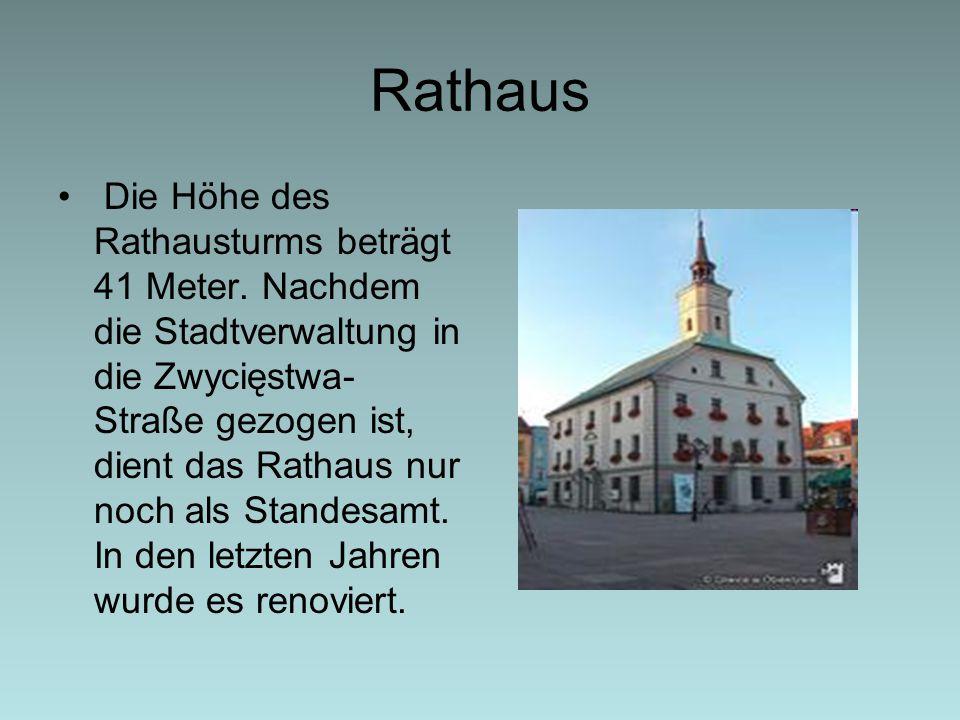 Rathaus Die Höhe des Rathausturms beträgt 41 Meter. Nachdem die Stadtverwaltung in die Zwycięstwa- Straße gezogen ist, dient das Rathaus nur noch als
