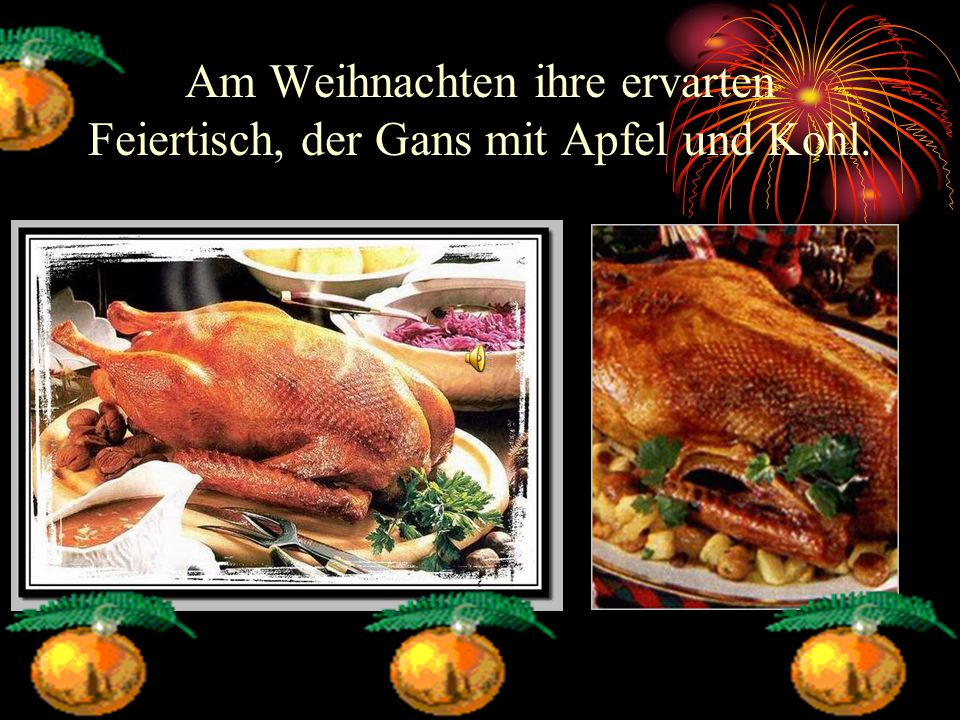 Am Weihnachten ihre ervarten Feiertisch, der Gans mit Apfel und Kohl.