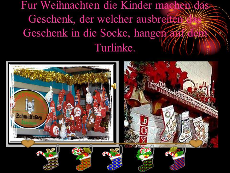 Fur Weihnachten die Kinder machen das Geschenk, der welcher ausbreiten das Geschenk in die Socke, hangen auf dem Turlinke.