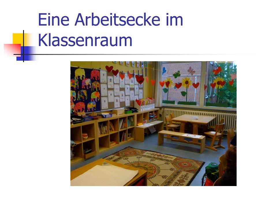 Eine Arbeitsecke im Klassenraum