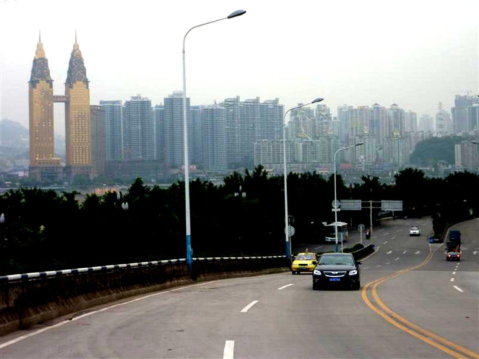 Chongqing Grösste Stadt Chinas und der Welt 33 Millionen Einwohner Stadtplanung mit verheerenden Folgen für Bevölkerung : - Anonyme Beton- u. Glasbaut
