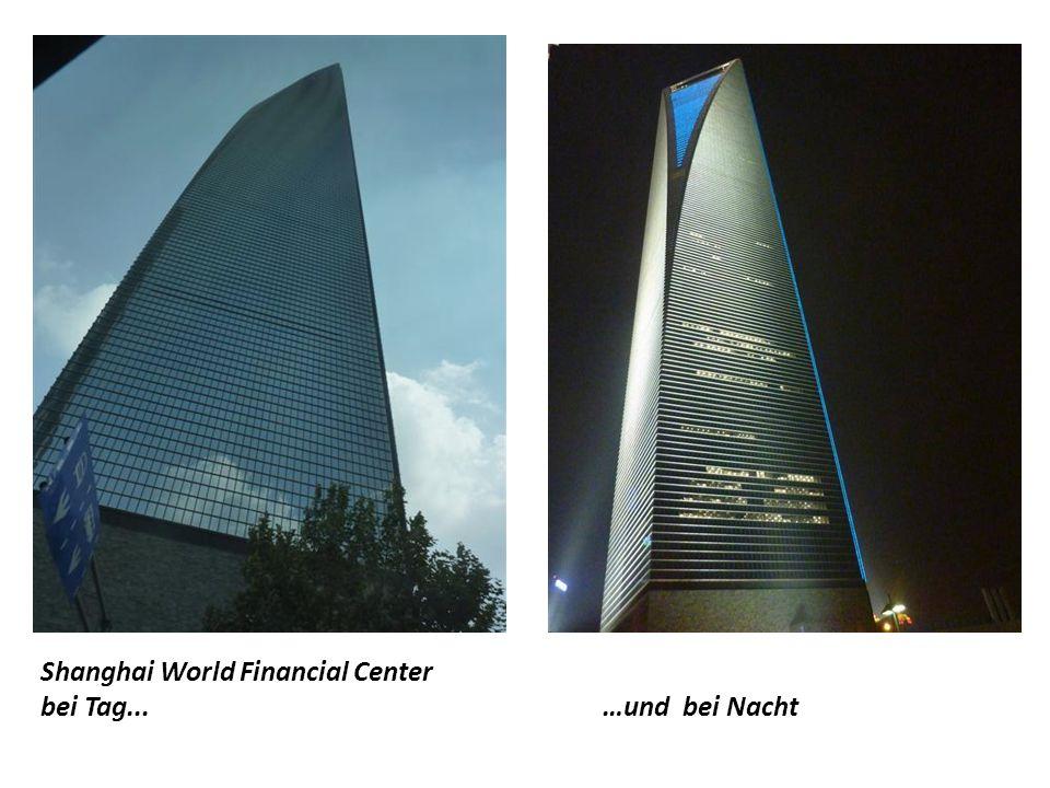 """Jin-Mao-Turm (420 m hoch, 88 Etagen) Fernseh-Turm """"Oriental Pearl Tower"""" 468 m hoch Shanghai World Financial Center (492 m hoch, 101 Etagen) Die 3 höc"""