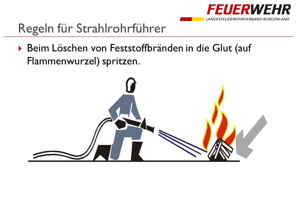 Regeln für Strahlrohrführer  Beim Löschen von Feststoffbränden in die Glut (auf Flammenwurzel) spritzen.