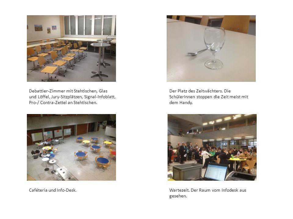 Debattier-Zimmer mit Stehtischen, Glas und Löffel, Jury-Sitzplätzen, Signal-Infoblatt, Pro-/ Contra-Zettel an Stehtischen.