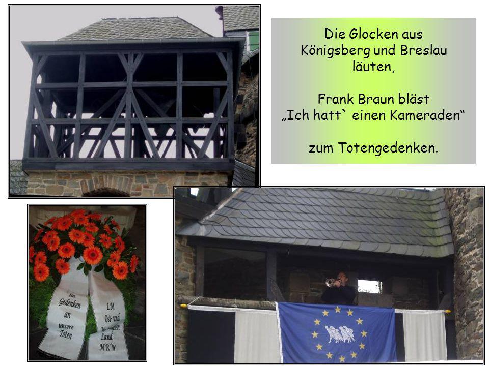"""Die Glocken aus Königsberg und Breslau läuten, Frank Braun bläst """"Ich hatt` einen Kameraden"""" zum Totengedenken."""