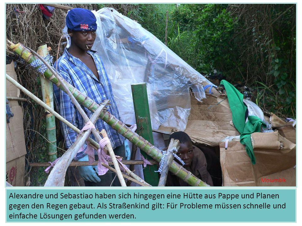 Alexandre und Sebastiao haben sich hingegen eine Hütte aus Pappe und Planen gegen den Regen gebaut. Als Straßenkind gilt: Für Probleme müssen schnelle