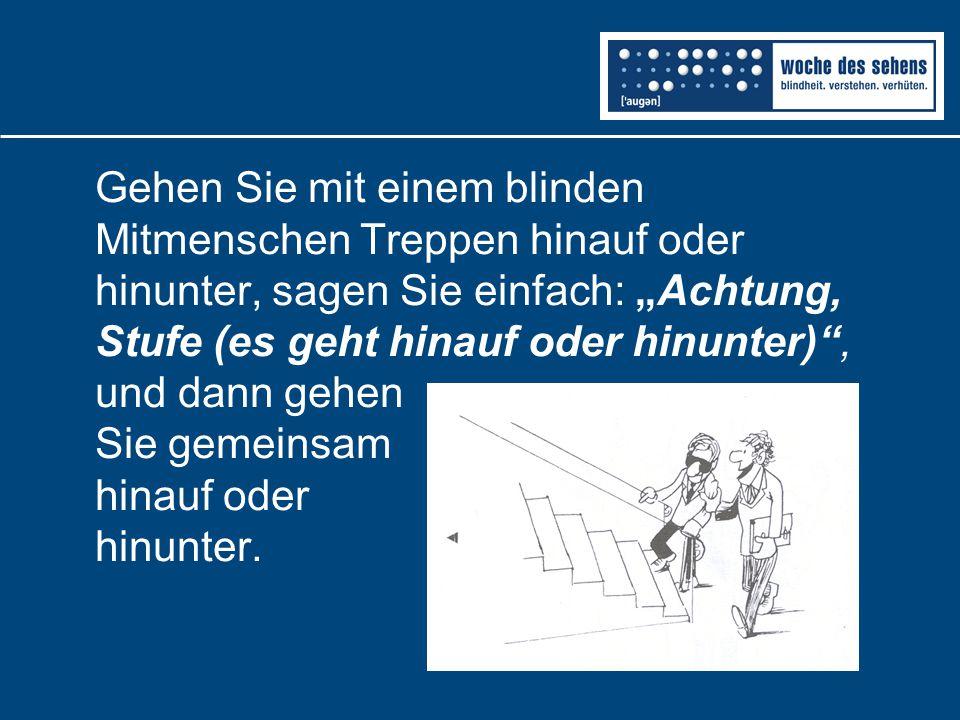 """Gehen Sie mit einem blinden Mitmenschen Treppen hinauf oder hinunter, sagen Sie einfach: """"Achtung, Stufe (es geht hinauf oder hinunter)"""", und dann geh"""