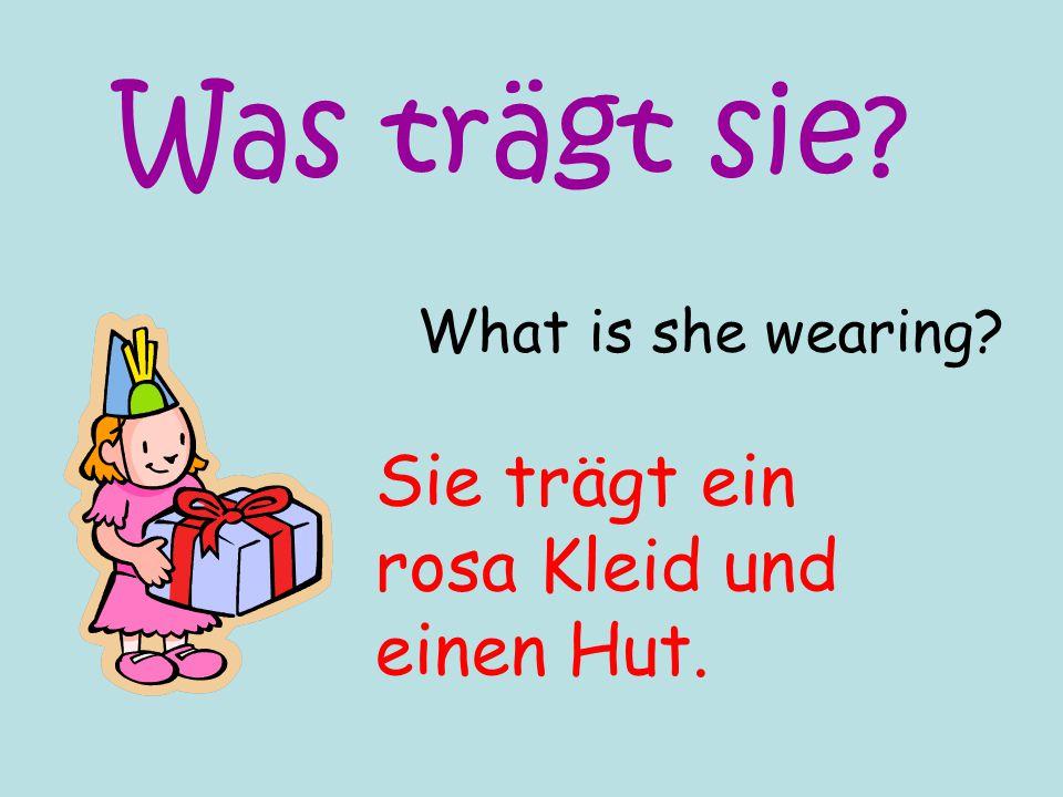 What is she wearing? Sie trägt ein rosa Kleid und einen Hut. Was trägt sie?