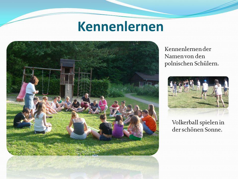 Kennenlernen Kennenlernen der Namen von den polnischen Schülern. Volkerball spielen in der schönen Sonne.