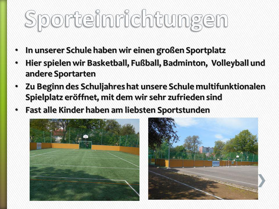 In unserer Schule haben wir einen großen Sportplatz In unserer Schule haben wir einen großen Sportplatz Hier spielen wir Basketball, Fußball, Badminto