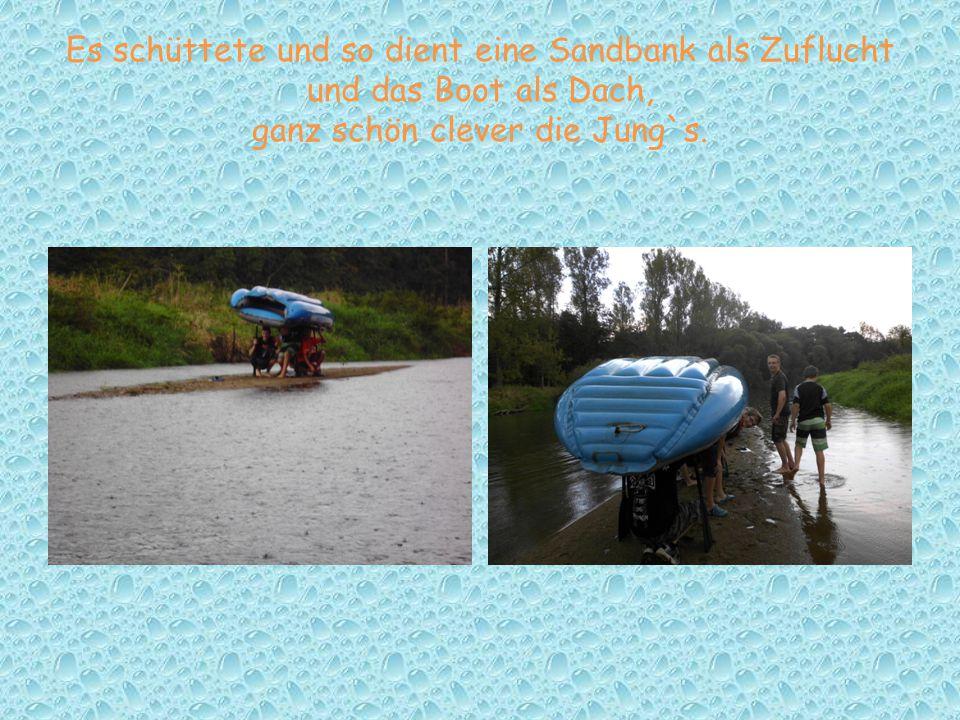 Es schüttete und so dient eine Sandbank als Zuflucht und das Boot als Dach, ganz schön clever die Jung`s.