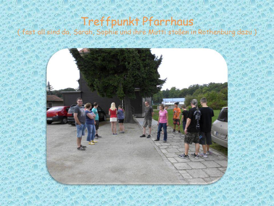 Treffpunkt Pfarrhaus ( fast all sind da, Sarah, Sophie und ihre Mutti stoßen in Rothenburg dazu )