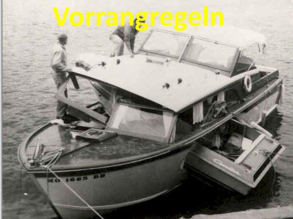 Vorrangsituation kreuzende Kurse 1.Einsatzfahrzeug im Einsatz (Blaulicht) 2.Vorrangschiffe mit grünen Ball/grünes Toplicht 3.Berufsfischer mit weißem Ball 4.Segelfahrzeuge unter Segel 5.Ruderboote 6.Motorboote