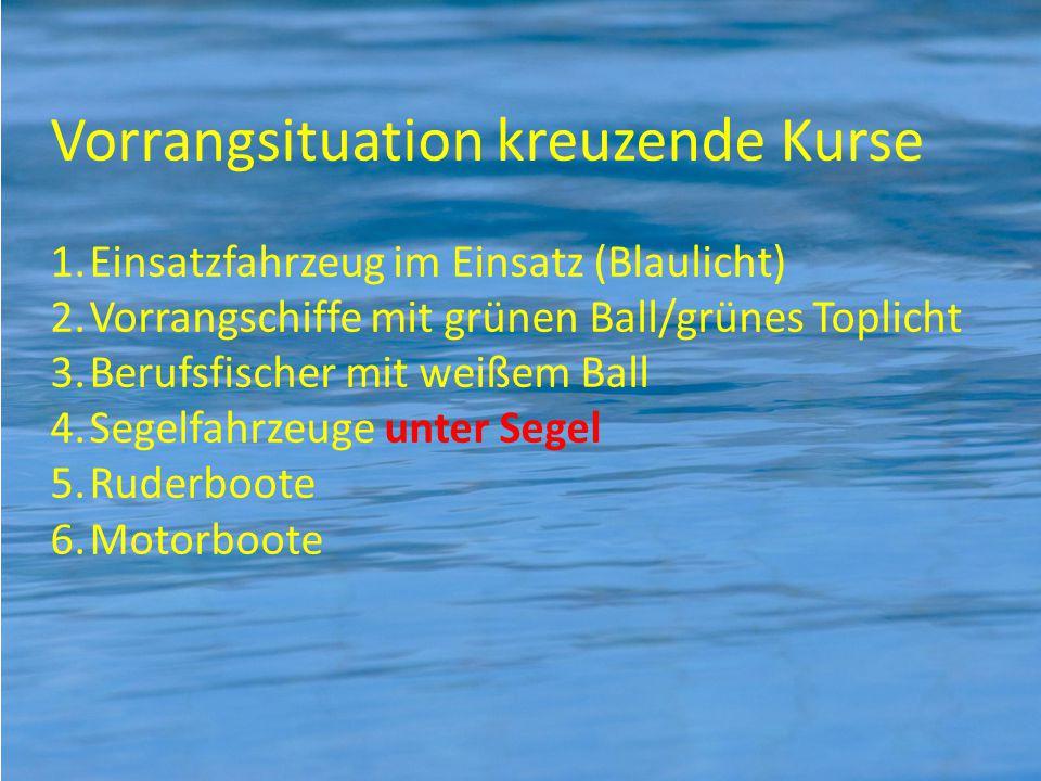 Vorrangsituation kreuzende Kurse 1.Einsatzfahrzeug im Einsatz (Blaulicht) 2.Vorrangschiffe mit grünen Ball/grünes Toplicht 3.Berufsfischer mit weißem