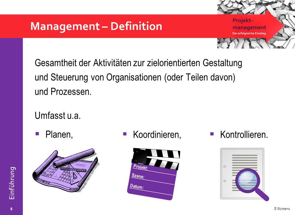 """© Wytrzens Einführung Projektmanagement – Definition  In allgemeinster Form: Projektmanagement = """"Organisation von komplexen Vorhaben auf Zeit ."""