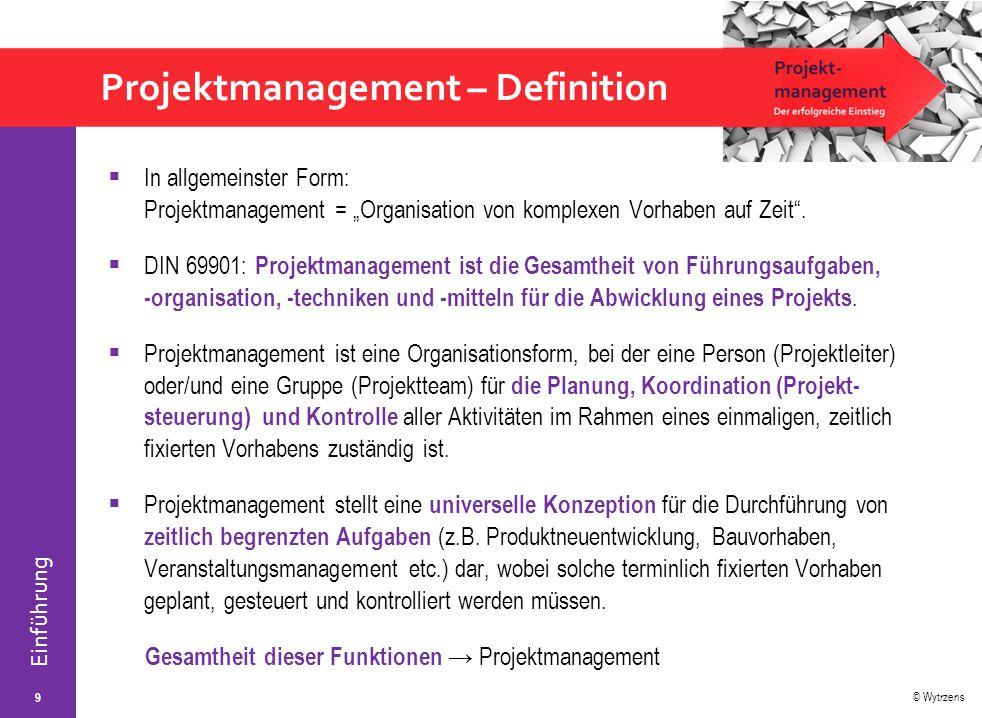 """© Wytrzens Einführung Projektmanagement – Definition  In allgemeinster Form: Projektmanagement = """"Organisation von komplexen Vorhaben auf Zeit"""".  DI"""