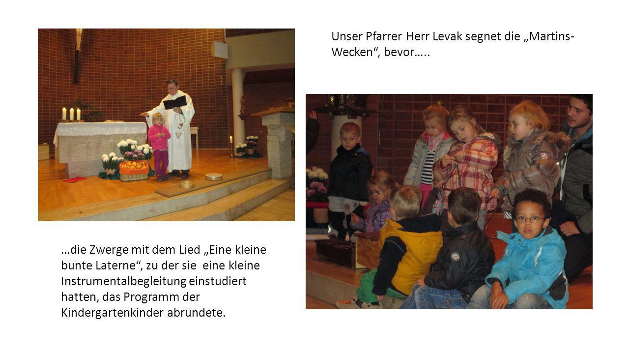 """…die Zwerge mit dem Lied """"Eine kleine bunte Laterne"""", zu der sie eine kleine Instrumentalbegleitung einstudiert hatten, das Programm der Kindergartenk"""