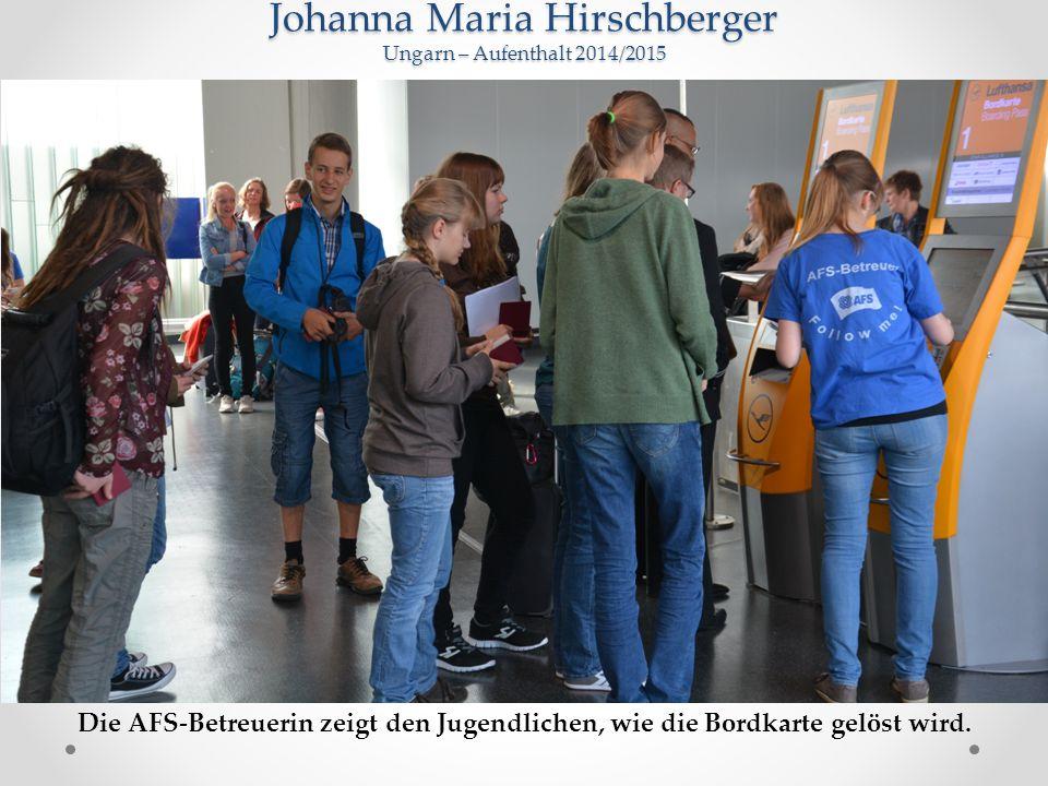 Johanna Maria Hirschberger Ungarn – Aufenthalt 2014/2015 Die AFS-Betreuerin zeigt den Jugendlichen, wie die Bordkarte gelöst wird.