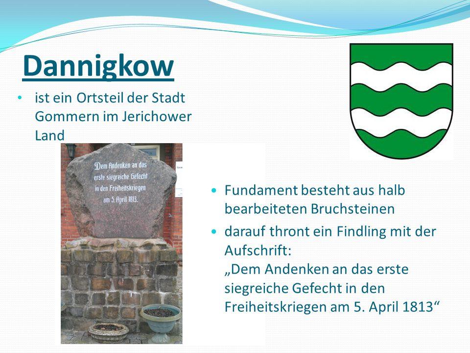 Dannigkow ist ein Ortsteil der Stadt Gommern im Jerichower Land Fundament besteht aus halb bearbeiteten Bruchsteinen darauf thront ein Findling mit de