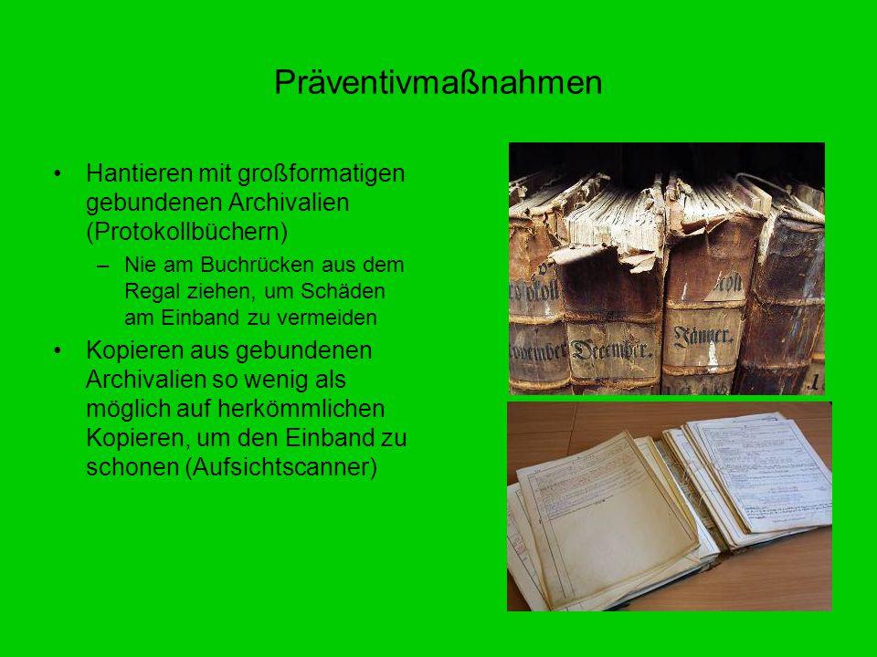 Hantieren mit großformatigen gebundenen Archivalien (Protokollbüchern) –Nie am Buchrücken aus dem Regal ziehen, um Schäden am Einband zu vermeiden Kop