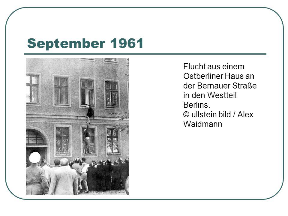 September 1961 Flucht aus einem Ostberliner Haus an der Bernauer Straße in den Westteil Berlins. © ullstein bild / Alex Waidmann