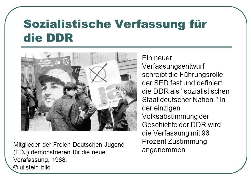 Sozialistische Verfassung für die DDR Ein neuer Verfassungsentwurf schreibt die Führungsrolle der SED fest und definiert die DDR als sozialistischen Staat deutscher Nation. In der einzigen Volksabstimmung der Geschichte der DDR wird die Verfassung mit 96 Prozent Zustimmung angenommen.