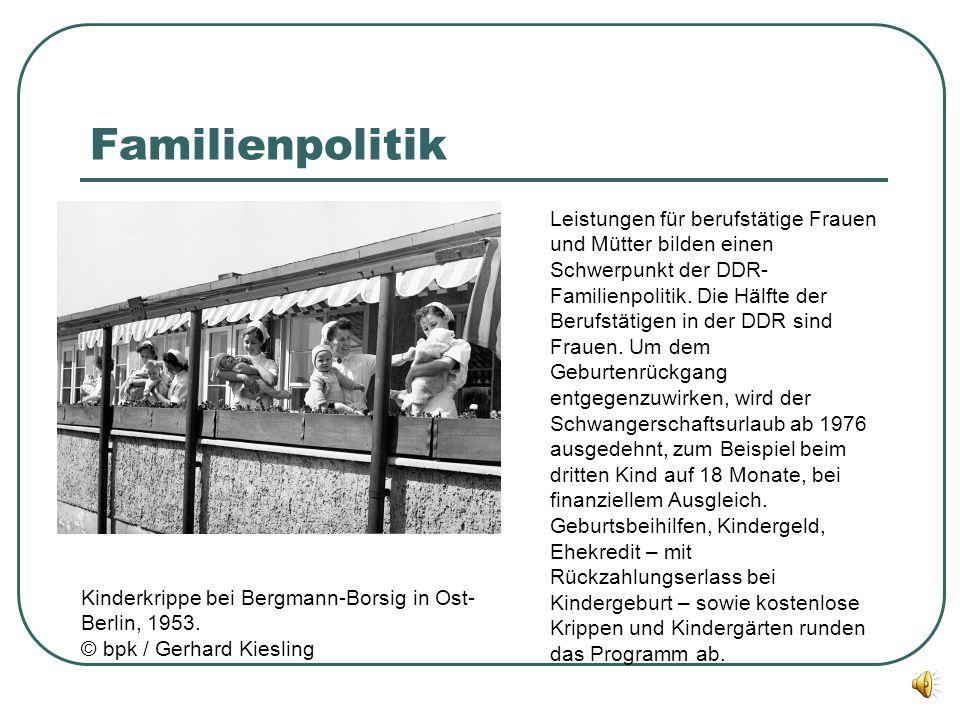 Familienpolitik Leistungen für berufstätige Frauen und Mütter bilden einen Schwerpunkt der DDR- Familienpolitik. Die Hälfte der Berufstätigen in der D