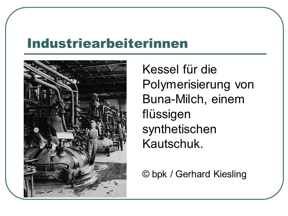 Industriearbeiterinnen Kessel für die Polymerisierung von Buna-Milch, einem flüssigen synthetischen Kautschuk.