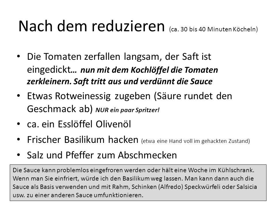 Nach dem reduzieren (ca. 30 bis 40 Minuten Köcheln) Die Tomaten zerfallen langsam, der Saft ist eingedickt … nun mit dem Kochlöffel die Tomaten zerkle