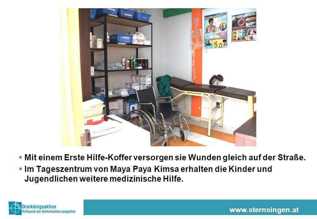 www.sternsingen.at  Mit einem Erste Hilfe-Koffer versorgen sie Wunden gleich auf der Straße.  Im Tageszentrum von Maya Paya Kimsa erhalten die Kinde
